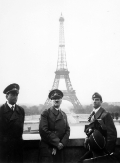 20111126142107adolf_hitler_in_paris_1940